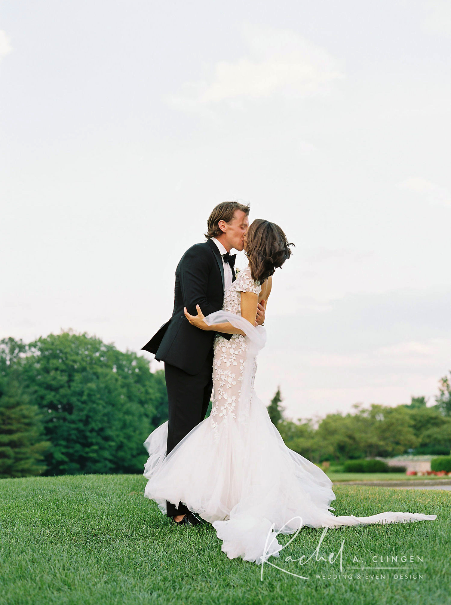 magna golf wedding kiss